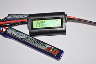 Hobbykingin virtamittari kytkettynä 7,4 V LiPo-akkuun