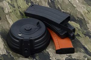 Kuvassa muutama yleinen lipas, Cyman AK-rumpulipas, Lonexin Flashmag hicap, Areksen midcap sekä Cyman AK74 hicap.